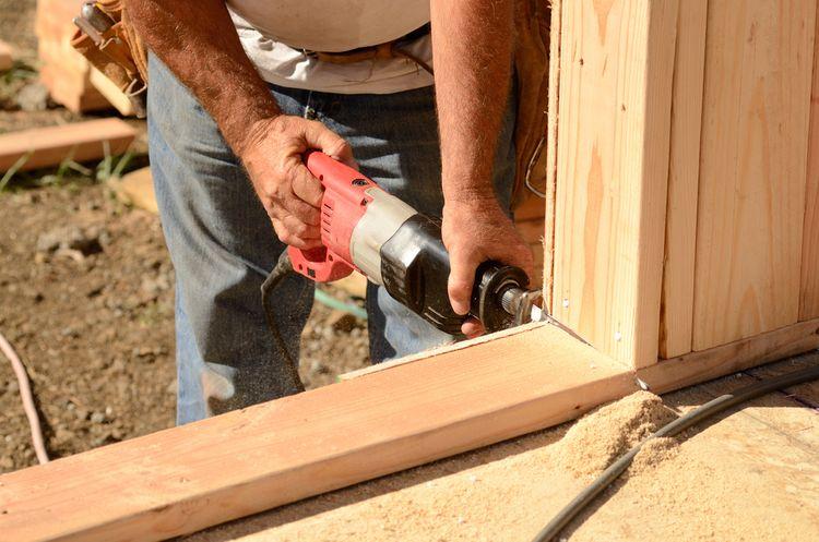 Řezání dřeva pomocí ocasní pily