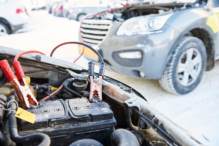 Startování auta pomocí startovacích kabelů