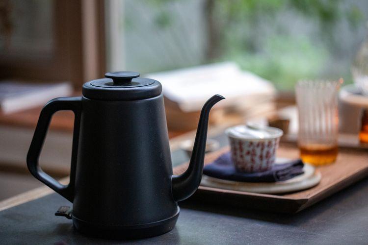 Černý elektrický čajník