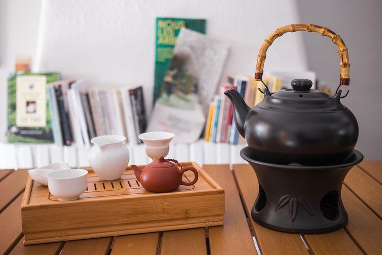 Černý hliněný čajník s bambusovou rukojetí