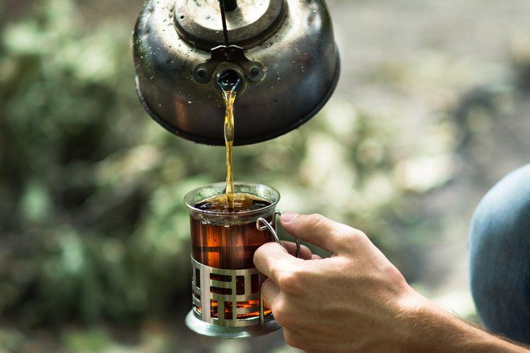 Nalévání čaje z litinového čajníku