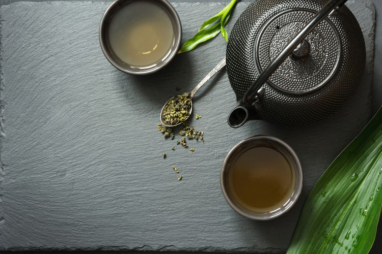 Černý litinový čajník