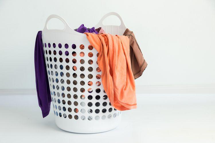 Bílý plastový koš na prádlo