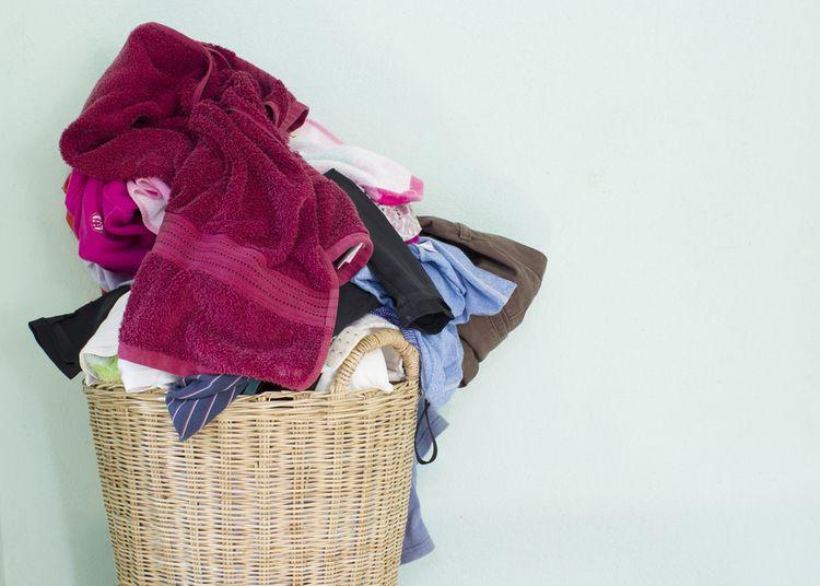Plný proutěný koš na prádlo
