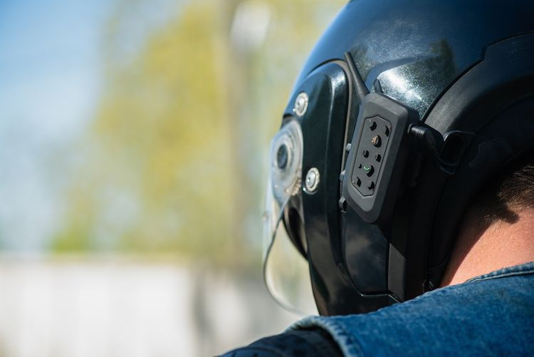 Bluetooth handsfree na přilbu na motorku