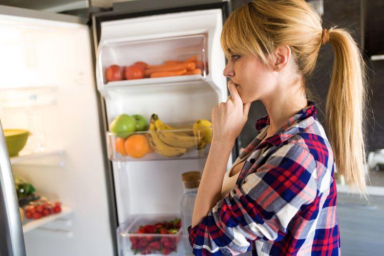 Koukání do chladničky kvůli hluku