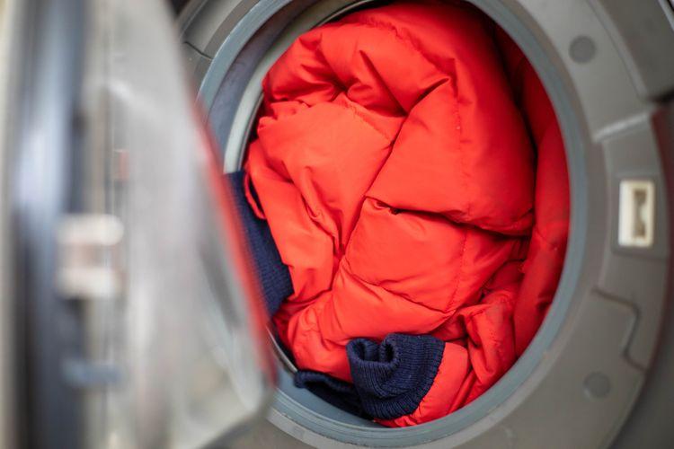 Červená bunda v pračce
