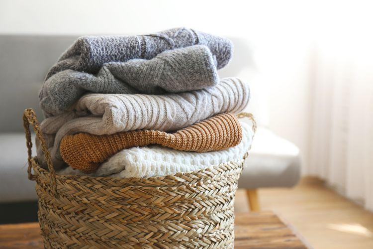 Svetry v koši na prádlo