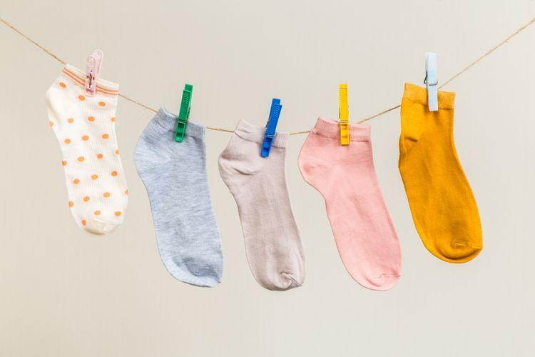 Oprané ponožky zavěšené na šňůře