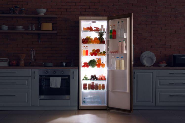 Otevřená úzká chladnička v kuchyni
