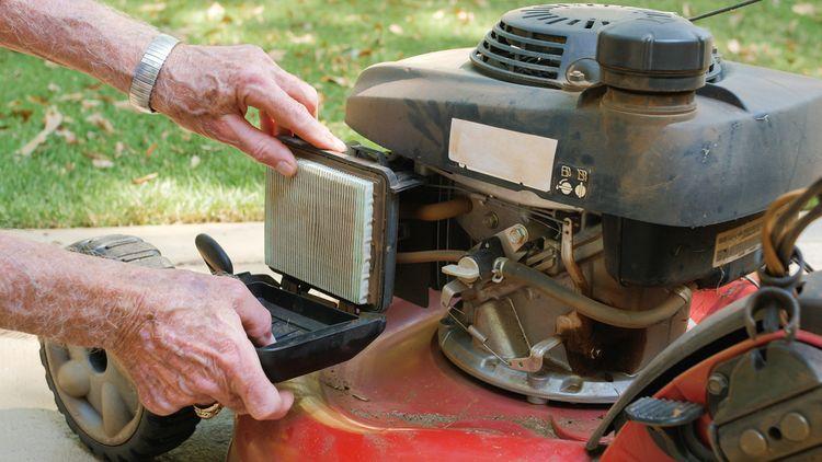Výměna vzduchového filtru v benzínové sekačce