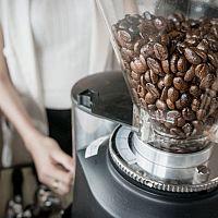 Jak vybrat mlýnek na kávu. Bosch, DeLonghi nebo Krups